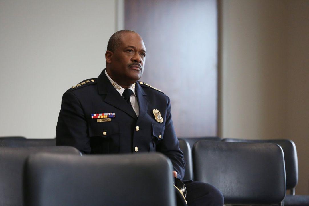 Chief Besser (Gregory Alan Williams) macht Lex klar, dass es ihm nicht gestattet ist, die Entscheidungen des CDC und der Regierung in Frage zu stell... - Bildquelle: Warner Brothers