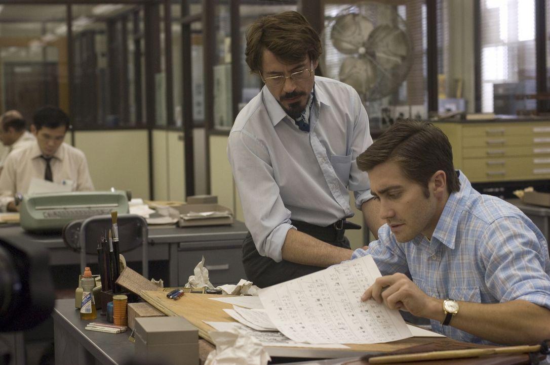 Redakteur Avery (Robert Downey, l.) und Karikaturist Graysmith (Jake Gyllenhaal, r.), beide angestellt beim San Franciso Chronicle, sind völlig von... - Bildquelle: Warner Brothers International Television Distribution Inc.