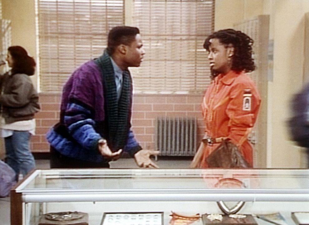 Theo (Malcolm-Jamal Warner, l.) erfährt von Vanessa (Tempsett Bledsoe, r.), dass sie nicht zur Tambourmajorin gewählt worden ist. - Bildquelle: Viacom