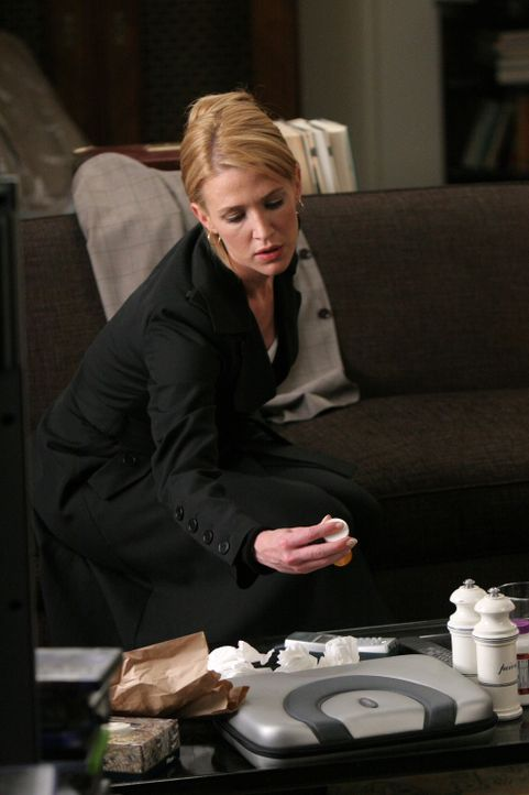 Samantha (Poppy Montgomery) macht sich große Sorgen um ihren Kollegen Martin, der in den letzten Monaten immer abhängiger von seinen Schmerzmitteln... - Bildquelle: Warner Bros. Entertainment Inc.