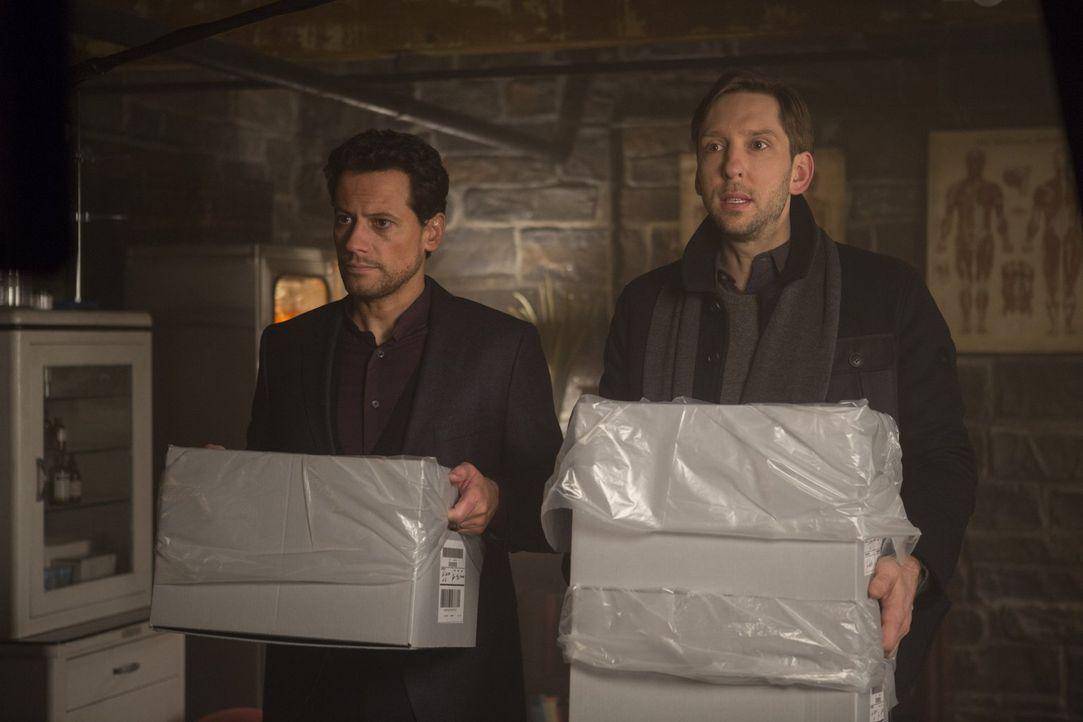 Ist gar nicht begeistert, dass Lucas (Joel David Moore, r.) von Abe beautraft wurde, Abigal zu suchen: Henry (Ioan Gruffudd, l.) ... - Bildquelle: Warner Bros. Television