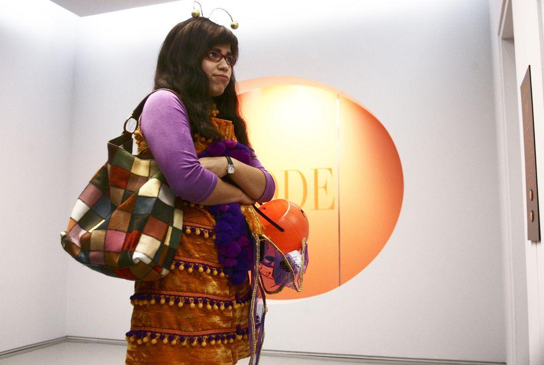 Im Verlag angekommen, merkt Betty (America Ferrera) schnell, dass sie die einzige im Kostüm ist ... - Bildquelle: Buena Vista International Television