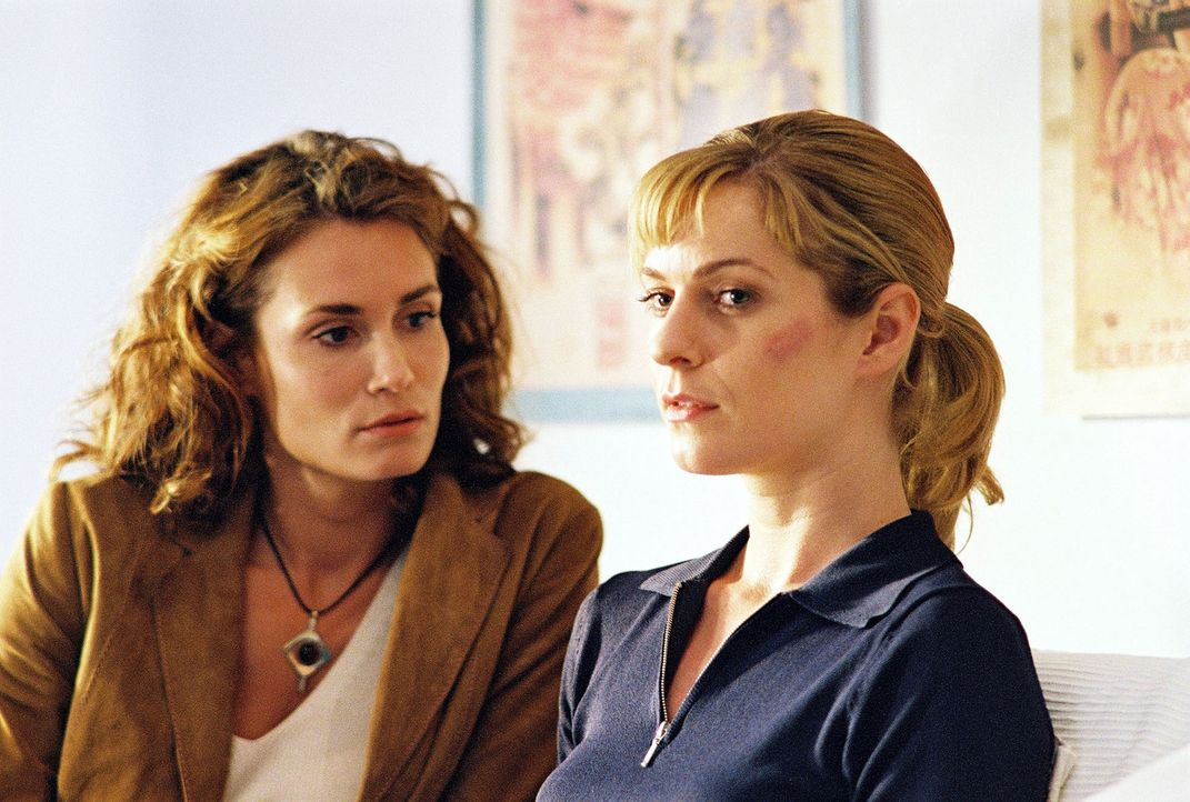 Susanna Beckert (Lisa Martinek, r.) und Gerit Raische (Anja Kling, l.) wollen den Feuerteufel stoppen. - Bildquelle: Wolfgang Wehner Sat.1