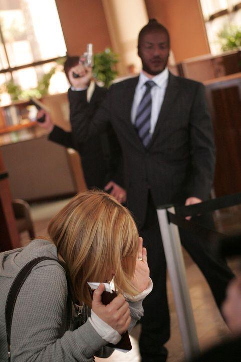 Traum oder Wirklichkeit? Allison Dubois (Patricia Arquette, l.) gerät in einer Bank mitten in einen Überfall … - Bildquelle: Paramount Network Television