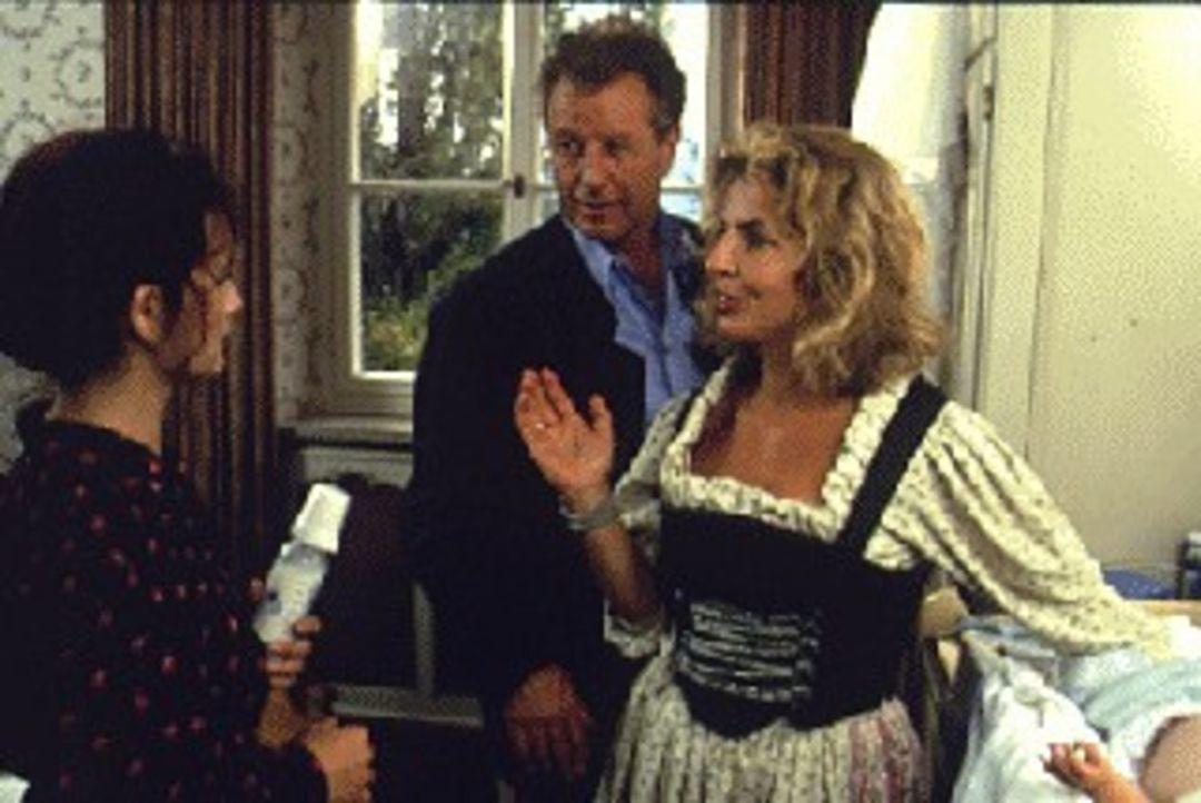 Etwas übereilt stellen Alexandra (Michaela May, r.) und Markus von Brauneck (Klaus Wildbolz, M.) die geheimnisvolle Elisabeth (Katharina Stemberger,... - Bildquelle: SAT.1