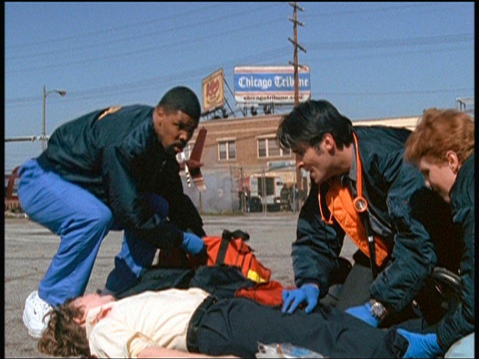 Benton (Eric La Salle, l.) und Kovac (Goran Visnjic, 2.v.r.) müssen Erste Hilfe in einer Schule leisten, die von einem Amokschützen heimgesucht wurd... - Bildquelle: TM+  2000 WARNER BROS.
