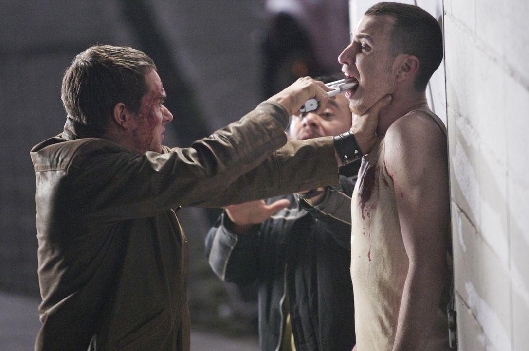 Gewalt ist manchmal eine Lösung: Erst spät erkennen Carlos (Tony Dalton, l.) und seine Freunde, dass sie nur eine Chance haben, wenn sie die Hinterm...