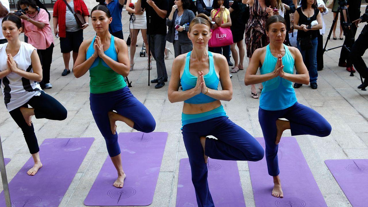 yoga-Baum-auf-einem-bein-stehend-11-09-13-Amy-Sussman-getty-AFP