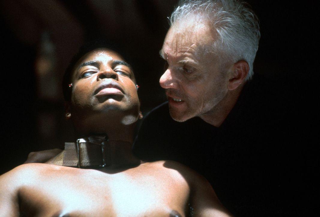 Lt. LaForge (LeVar Burton, l.) in der Gewalt des fanatischen Dr. Soran (Malcolm McDowell, r.) ... - Bildquelle: Paramount Pictures
