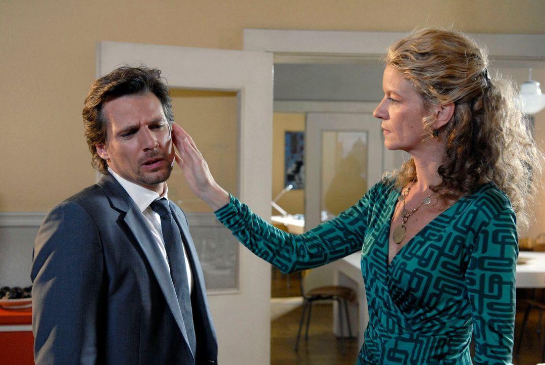 Als Alex (René Steinke, l.) Barbara (Anuk Ens, r.) unterstellt, sie habe eine intime Beziehung zu Richter Reinershofer, kassiert er eine saftige Ohr... - Bildquelle: Mosch Sat. 1