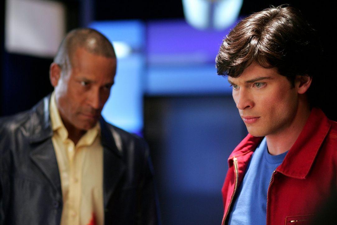 Als der Manhunter (Phil Morris, l.) erfährt, dass Clark (Tom Welling, r.) Lionel jagt, eilt er zur Hilfe. Er hat noch eine Rechnung offen ... - Bildquelle: Warner Bros.