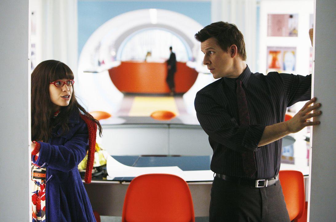 Daniel (Eric Mabius, r.) erteilt Betty (America Ferrera, l.) einen wichtigen Auftrag: Sie soll für MODE ein kostbares Kleid für ein Cover-Shooting b... - Bildquelle: 2008   ABC Studios