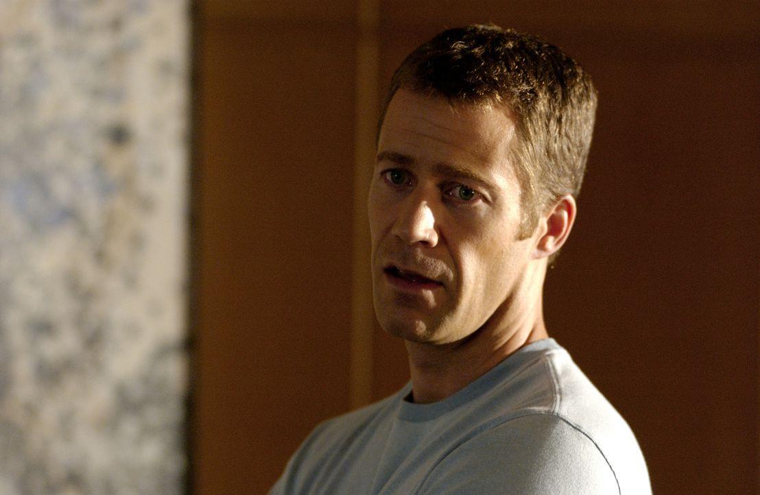 Als Walker Kennedy (Colin Ferguson) versucht, dem üblen Treiben des Nachbarhauses Einhalt zu gebieten, gerät er in tödliche Gefahr... - Bildquelle: CBS Studios International. All rights reserved.