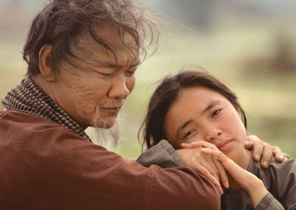 Vietnam zur Zeit des Krieges: Le Lys Vater (Haing S. Ngor, l.) tröstet Le Ly (Hiep Thi Le, r.). - Bildquelle: Warner Bros.