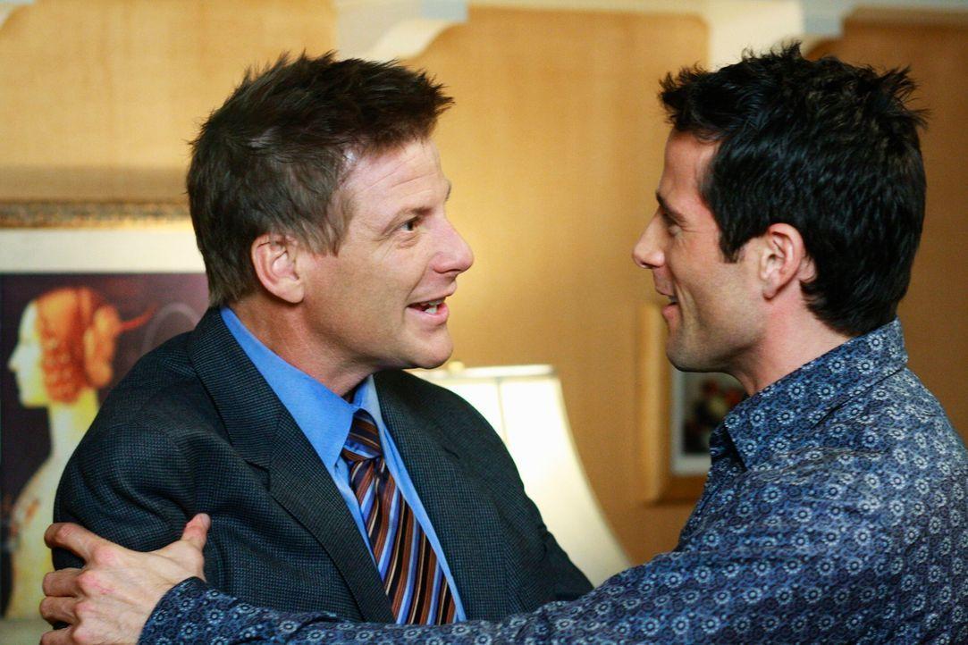 Als Tom (Doug Savant, l.) auf Susans Party seinen alten Klassenkameraden Bill (Todd Cahoon, r.) wiedertrifft, kommt er auf eine besondere Idee ... - Bildquelle: ABC Studios