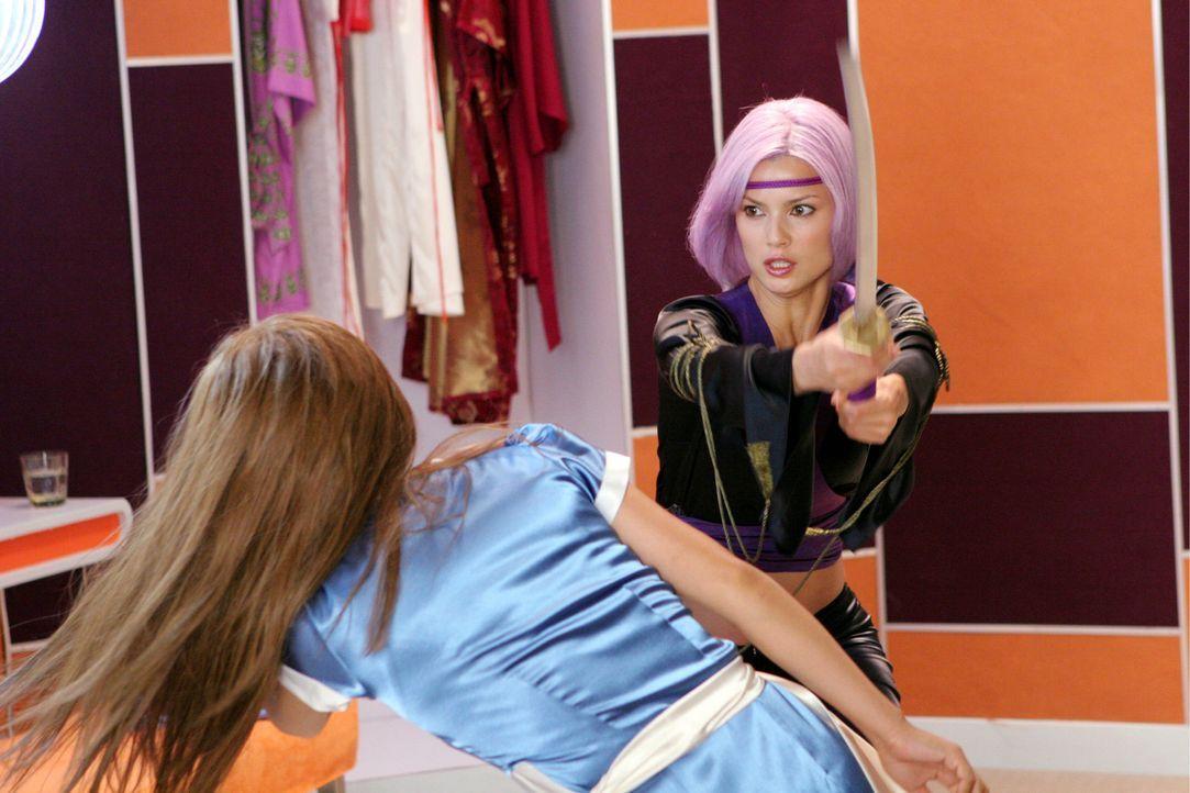 Seit sie die Schwelle ihres Palastes übertreten hat, ist Prinzessin Kasumi (Devon Aoki, l.) für ihren Familienclan eigentlich schon eine tote Pers... - Bildquelle: Constantin Film Verleih GmbH