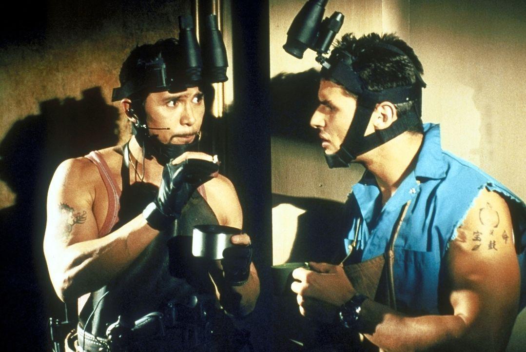 Als die Situation brenzlig wird, kann Cisco (Lou Diamond Phillips, l.) Mel (Mark Wahlberg, r.) überreden, das entführte Mädchen in seinem Haus au... - Bildquelle: Columbia Pictures