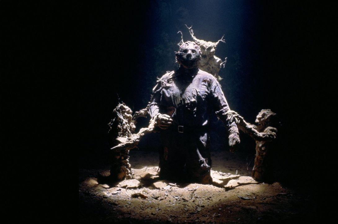 Mysteriöse Wesen ziehen Massenmörder Jason (Kane Hodder) in die Erde - in Richtung Hölle ... - Bildquelle: Warner Bros.
