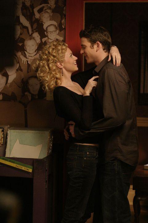 Peyton (Hilarie Burton, l.) und Jake (Bryan Greenberg, r.) schweben im siebten Himmel ... - Bildquelle: Warner Bros. Pictures
