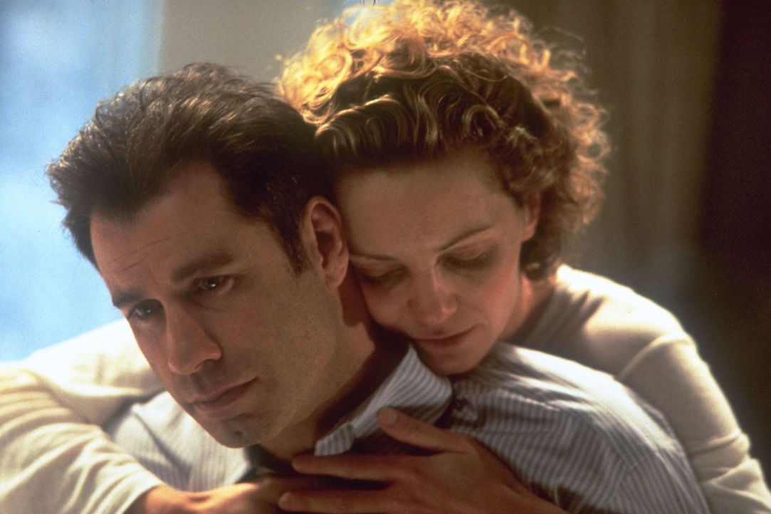 FBI-Agent Sean Archer (John Travolta, l.) lebt nur noch für die Jagd nach dem Super-Terroristen Castor Troy, der vor einem Jahr seinen kleinen Sohn... - Bildquelle: Touchstone Pictures