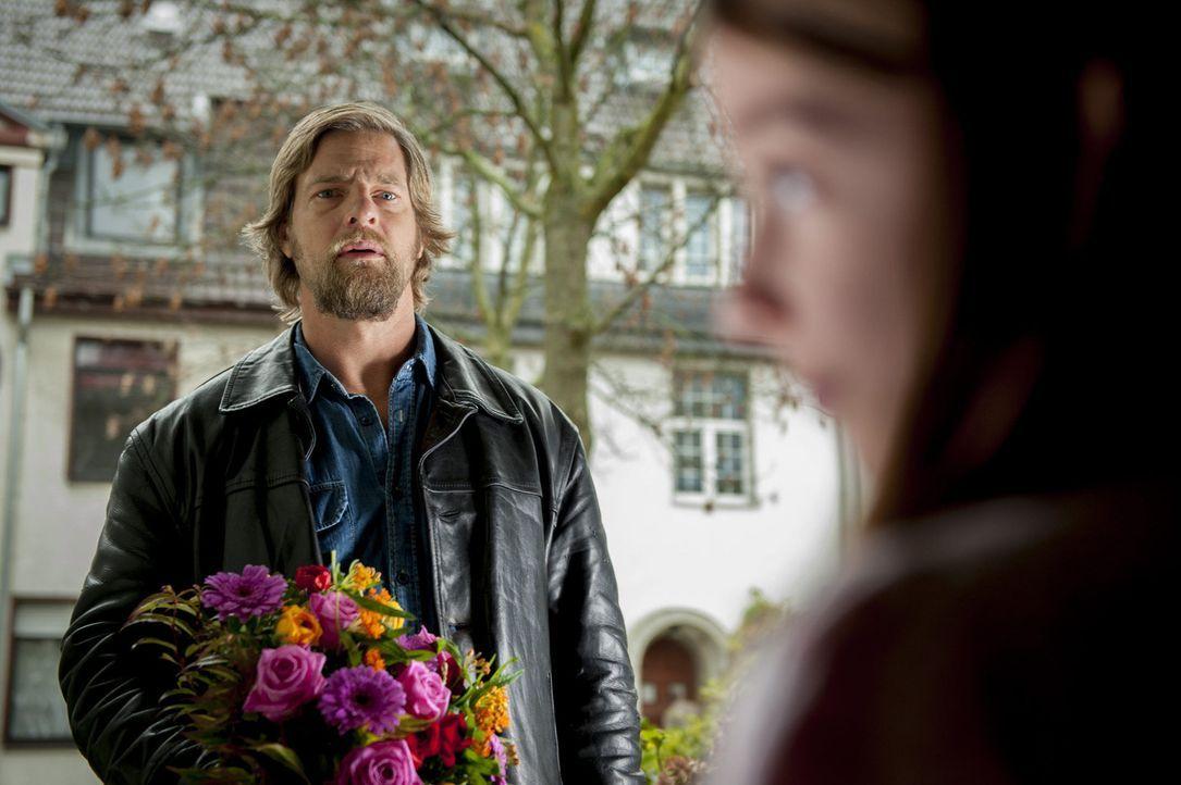 Mit seinen ganz eigenen Methoden versucht Mick (Henning Baum), einen neuen Mordfall zu lösen ... - Bildquelle: Martin Rottenkolber SAT.1