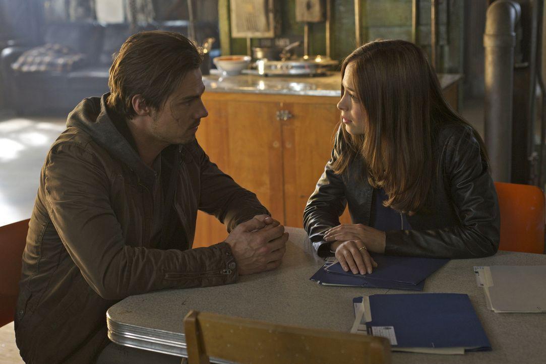 Plagen Cat (Kristin Kreuk, r.) doch plötzlich Zweifel, was Vincents (Jay Ryan, l.) Unschuld angeht? - Bildquelle: Sven Frenzel 2012 The CW Network, LLC. All rights reserved.