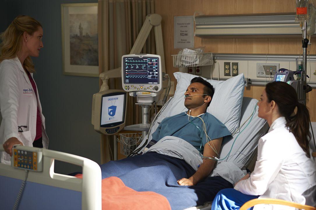 Dawn (Michelle Nolden, l.) erfährt, wie es um ihre Eizellen steht, Shahir (Huse Madhavji, M.) kämpft bis zur Erschöpfung für seine Patientin und Ale... - Bildquelle: Ken Woroner 2014 Hope Zee Three Inc.