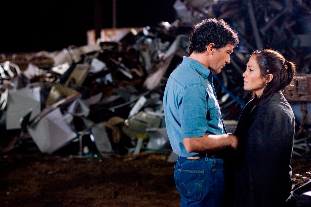 """Zusammen mit ihren Ex-Lover Diaz (Antonio Banderas, l.), der die Tageszeitung """"El Sol De Juarez"""" leitet, will die ehrgeizige Journalistin Lauren Adr... - Bildquelle: Falcom Media Group AG"""
