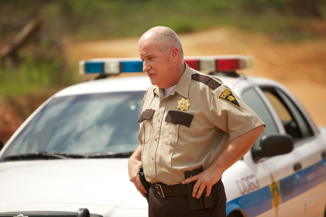 Sheriff Tatum (Carl Savering) sorgt sich um die Bewohner seiner Stadt. Denn eine giftige Kreatur ist aus einer Goldmine geflohen und tötet einen Bür... - Bildquelle: 2013 Panic Investments LLC. All Rights Reserved.