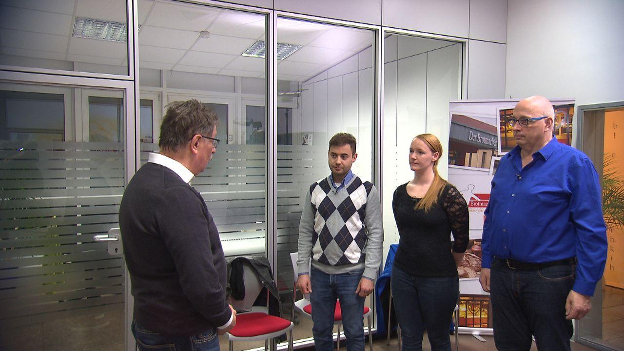 Der Chef Heinz-Gerd Köhler (l.) informiert die drei Bewerber  - Bildquelle: kabel eins
