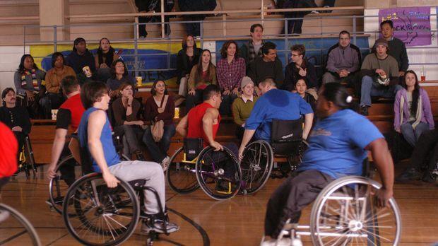 Kevin wird von Will in eine Sporthalle mitgenommen, wo Rollstuhlfahrer Basket...