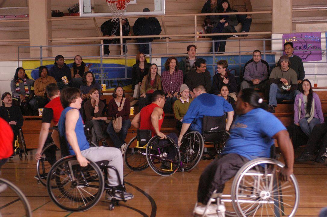 """Kevin wird von Will in eine Sporthalle mitgenommen, wo Rollstuhlfahrer Basketball spielen. Wegen diese """"Maßnahme"""" kommt es zwischen Vat... - Bildquelle: Sony Pictures Television"""