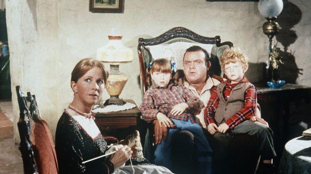 Hoss Cartwright (Dan Blocker, 2.v.r.) wird von Sarah (Julie Harris, l.) und i...