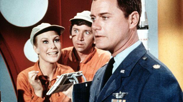 Tony (Larry Hagman, r.) trifft fast der Schlag, als Jeannie (Barbara Eden, l....
