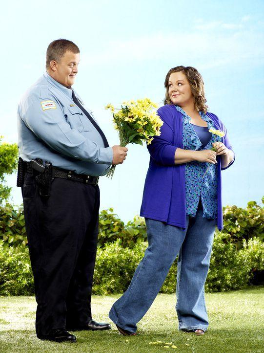 (1. Staffel) - In einer Selbsthilfegruppe für Übergewichtige lernen sich Mike Biggs (Billy Gardell, l.) und Molly Flynn  (Melissa McCarthy, r.) ke... - Bildquelle: 2010 CBS Broadcasting Inc. All Rights Reserved.
