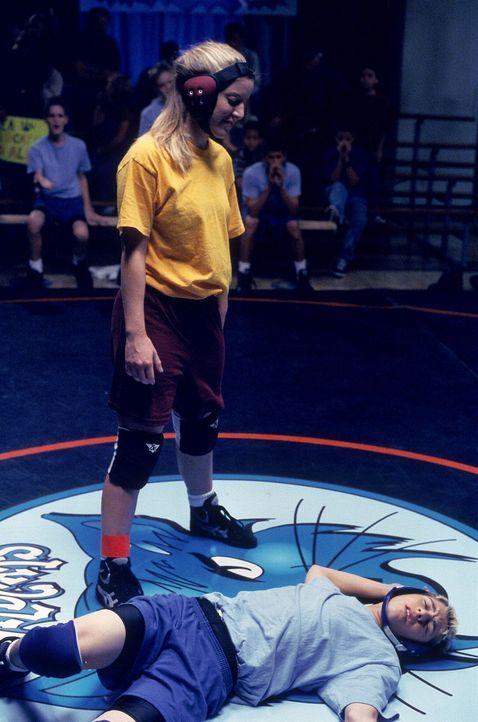 Reese (Justin Berfield, unten) wird beim Catchen von einem Mädchen besiegt ... - Bildquelle: TM +   2000 Twentieth Century Fox Film Corporation. All Rights Reserved.