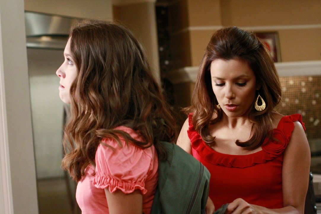 Gabrielle (Eva Longoria, r.) trägt Kämpfe aus mit Carlos' schwieriger Nichte Ana (Maiara Walsh, l.), der sie das geben will, was sie als Jugendliche... - Bildquelle: ABC Studios