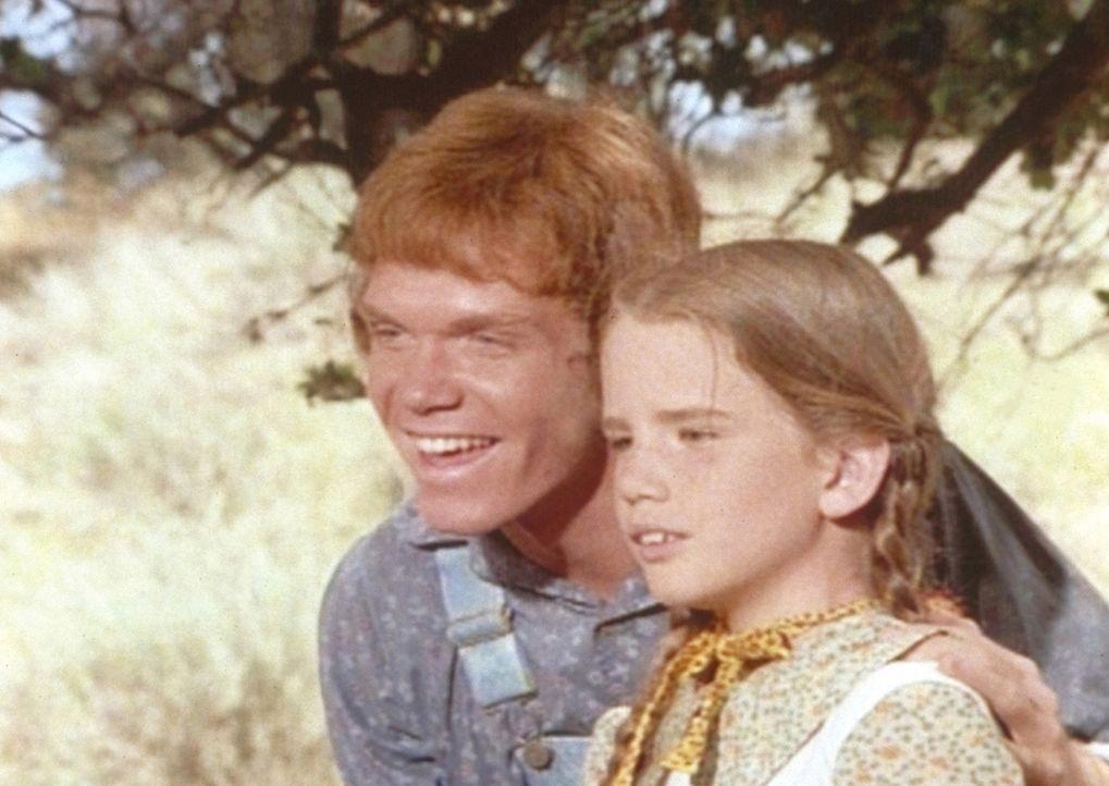 Laura (Melissa Gilbert, r.) hat sich Hals über Kopf in ihren wesentlich älteren Mitschüler Johnny Johnson (Mitch Vogel, l.) verliebt ... - Bildquelle: Worldvision