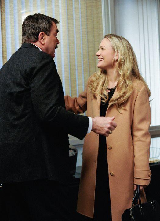Zuerst freut sich Frank (Tom Selleck, l.) noch, Erins alte Studienfreundin Whitney Robshaw (Sarah Wynter, r.) wiederzusehen ... - Bildquelle: Jeffrey Neira 2013 CBS Broadcasting Inc. All Rights Reserved.