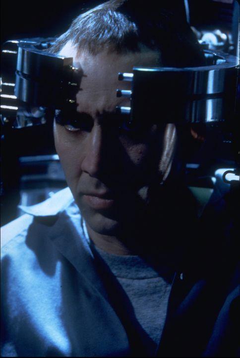 Kaum aus dem Koma erwacht, dreht Super-Terrorist Castor Troy (Nicolas Cage) den Spieß um. Er lässt sich seinerseits das Gesicht seines Erzfeindes, F... - Bildquelle: Touchstone Pictures