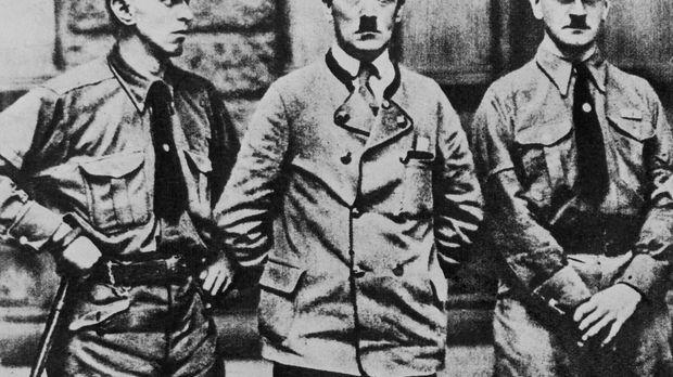 Eiskalt geht Adolf Hitler (M.) die systematische Ausrottung der