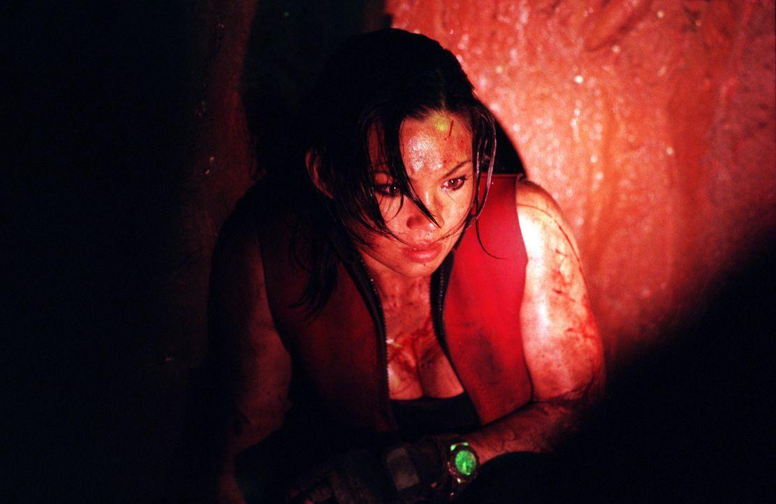 Mühsam bahnen sich die sechs Freundinnen (Natalie Mendoza) ihren Weg durch die dunklen Felsentunnel und Höhlengänge. Doch dann stellen sie fest, das... - Bildquelle: Square One Entertainment