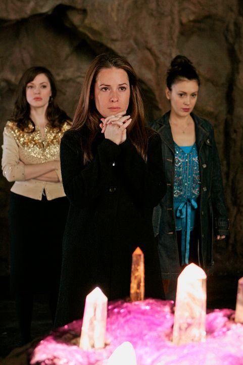 Der Engel des Todes taucht bei den Halliwells auf - und will Leo holen, doch Phoebe (Ayssa Milano, r.), Piper (Holly Marie Combs, M.) und Paige (Ros... - Bildquelle: Paramount Pictures