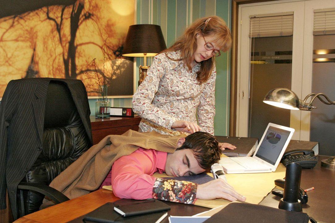 Lisa (Alexandra Neldel, r.) ist überrascht, als sie David (Mathis Künzler, l.) schlafend im Büro vorfindet. Ganz zaghaft streckt sie ihre Hand na... - Bildquelle: Sat.1