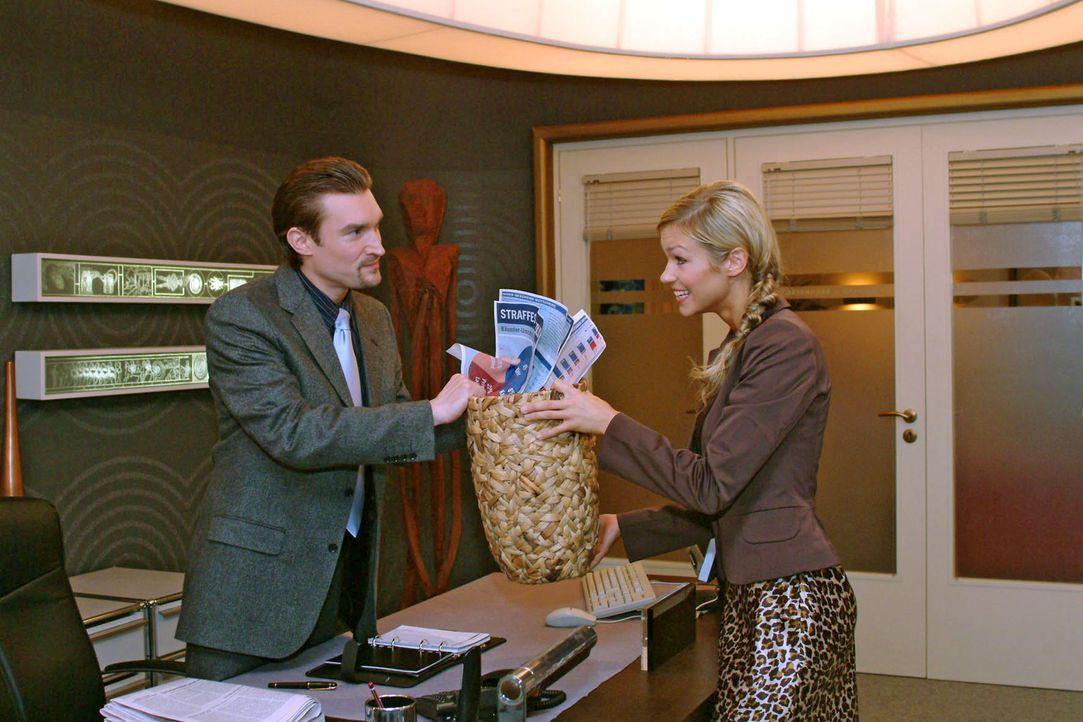 Stolz präsentiert Sabrina (Nina-Friederike Gnädig, r.) den stibitzten Papierkorb - und wartet, dass Richard (Karim Köster, l.) sich gebührend revanc... - Bildquelle: Monika Schürle Sat.1