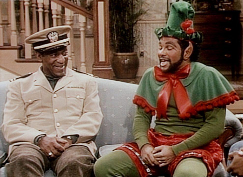 Elvin (Geoffrey Owens, r.) erzählt Cliff (Bill Cosby, l.) von seinem Auftritt als Kobold im Krankenhaus. - Bildquelle: Viacom