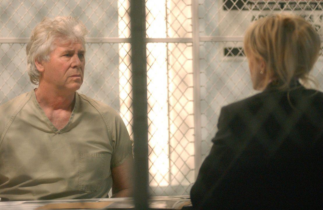 Det. Lilly Rush (Kathryn Morris, r.) im Gespräch mit dem Häftling Roy Anthony (Barry Bostwick, l.), der wegen guter Führung entlassen werden soll... - Bildquelle: Warner Bros. Television