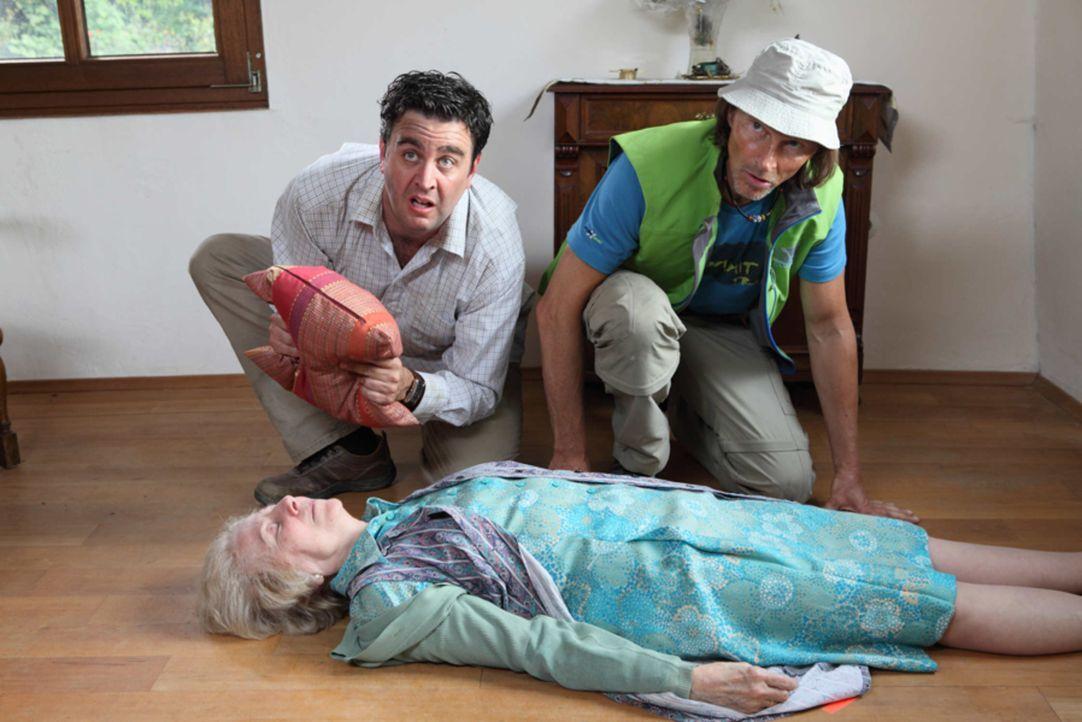 Was haben Bastian (Bastian Pastewka, l.) und Ecki (Eisi Gulp, r.) nur mit Mama Breuer (Bibiana Zeller, liegend) angestellt? - Bildquelle: Frank W. Hempel SAT.1