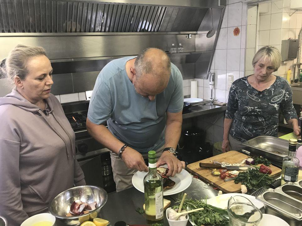 """Nachdem die 55-jährige Andrea Cambiolo (r.) mit ihrem Restaurant """"Culo del Mondo"""" (Übersetzung: Arsch der Welt) pleitegeht, übernimmt kurzerhand ihr... - Bildquelle: kabel eins"""