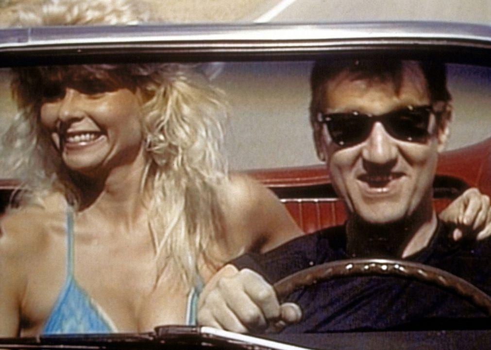 Al (Ed O'Neill, r.) träumt davon, in seinem alten Ford Mustang ein Frauenschwarm zu werden. - Bildquelle: Columbia Pictures